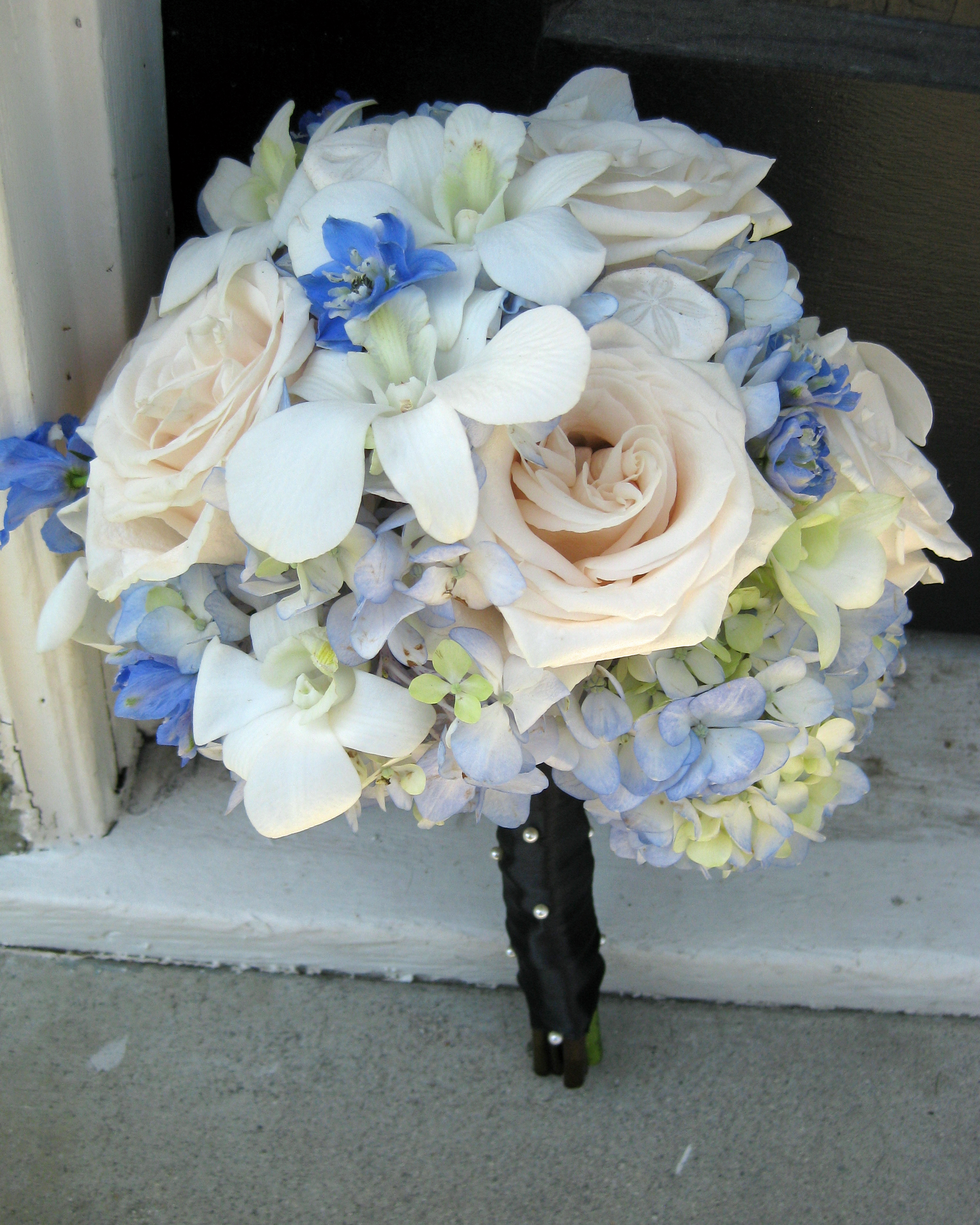 Blue white and black wedding flowers in laguna beach floral design the izmirmasajfo